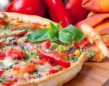 Pizza com queijo parmesão e pimento vermelho