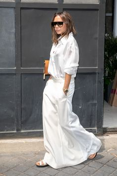 Victoria Beckham Wears White on White In Paris (Le Fashion) - Minimalist Style Victoria Beckham Outfits, Style Victoria Beckham, Victoria Beckham Fashion, Victoria Beckham Sunglasses, Victoria Fashion, Fashion Mode, Look Fashion, Street Fashion, Fashion Outfits