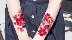 Learn how to make temporary tattoos from dried flowers in this easy tutorial. It's a gorgeous alternative to flash tattoos this festival season. Henna Tattoos, Tattoo Diy, Flower Tattoos, Tatoos, Nerd Tattoos, Orchid Tattoo, Lace Tattoo, Tattoo Black, Feather Tattoos