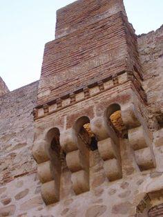 Una chimena que asemeja a un matacán en el castillo de Belvís de Monroy. Quizás sea las dos cosas, matacán primero y sobre el, posteriormente, chimenea.