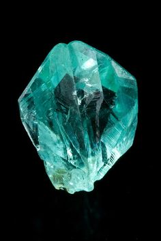 Phosphophyllite. Unificada Mines, Cerro Rico, Potosi Department, Bolivie Taille=11 x 9 x 6 mm Photo Kiyoshi Kiikuni