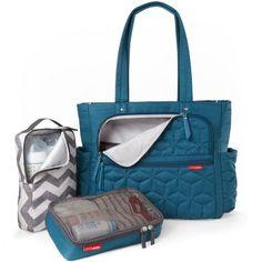 Le Sac à langer Forma turquoise de Skip Hop est trés pratique avec plusieurs rangements. Il permet de tout retrouver dans le sac sans que ce soit le bazar ! Il est également possible de l'utiliser comme sac à main grâce à un design moderne.