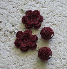 IMAGINA VOCÊ CRIANDO SUAS PRÓPRIAS JÓIAS. ISSO É POSSÍVEL COM UMA BOA DOSE DE CRIATIVIDADE E MODELOS COMO ESTES PARA TE INSPIRAR.BOM DIA E B... Unique Crochet, Cute Crochet, Crochet Crafts, Crochet Projects, Crochet Earrings Pattern, Crochet Bracelet, Bead Crochet, Thread Jewellery, Beaded Jewelry