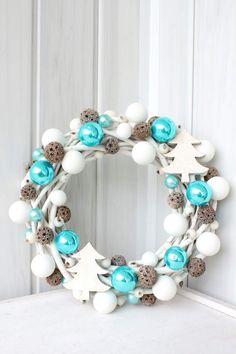 W nowym lokum niewiele ciekawego się dzieje, na razie nie mam nic do pokazania, ale jeśli w t. Christmas Advent Wreath, Noel Christmas, Christmas Balls, Holiday Wreaths, Winter Christmas, Handmade Christmas, Christmas Crafts, Diy Wreath, Ornament Wreath