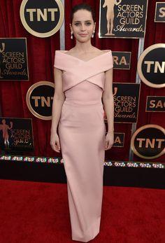 Felicity Jones, en cambio, optó por un vestido rosa pastel con escote cruzado; ¡muy fino!.