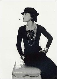 COCO CHANEL (1883-1971) Con la sua opera riuscì a rivoluzionare il concetto di femminilità e a imporsi come figura fondamentale del XX secolo nel fashion design e nella cultura popolare. La prima grande stilista della storia moderna.