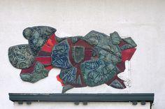 Gevelbeeld van glas en keramiek (1963) door Joop van den Broek aan de gevel van Mariaplaats 23.