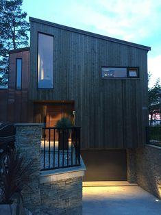 Enebolig Oslo tegnet av Meinich arkitekter | Nordbohus Smal, Scandinavian Architecture, Oslo, Woody, Facade, Buildings, Garage Doors, Interior, Outdoor Decor