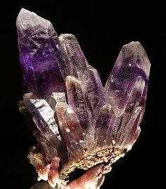 cristal d'amétyste pierre violette de lithothérapie, cristaux en forme de cathédrale ou de druse. plus d'infos sur les propriétés www.pierres-lithotherapie.com