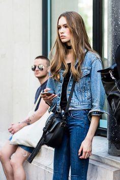 Total denim não precisa ser brega. Combine a jaqueta cropped com o jeans skinny e uma blusa preta para completar.