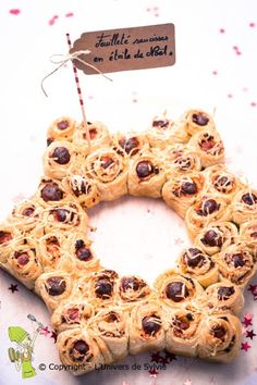 Wrap biscuits or crescent rolls around kielbasa sausage and bake into a star. Xmas Food, Christmas Cooking, Tapas, Cooking Time, Cooking Recipes, Cuisine Diverse, Christmas Brunch, Creative Food, Food Design