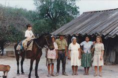 Mi compañero de viaje por la selva, Ortiz,  con su familia. Su nieta es pelirroja pues su padre el menno de origen caucasiano. Pero la mujer paraguaya es muy fácil que desee un hijo, sin querer al padre.