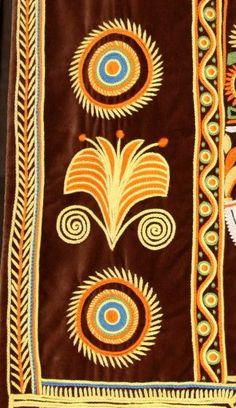 Les motifs bigoudens : la plume de paon (Pléon plaven), le soleil, la corne de bélier (Kornou maout), la chaîne de vie (Chadenn ar bed), dont certains auraient été ramenés de Hongrie après les guerres napoléonniennes. L'église Notre-Dame des Carmes habillée par Le Minor.