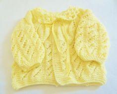Casaquinho de lã para bebê .  Produto artesanal, feito com lã em tricô na cor Amarelinho suave.  Bem fofinho e quentinho  Fazemos outras cores também
