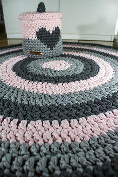 Ideas crochet rug tshirt trapillo for 2019 Diy Crochet Rug, Knit Rug, Crochet Rug Patterns, Crochet Carpet, Crochet Basket Pattern, Crochet Home Decor, Doily Rug, Arm Knitting, T Shirt Yarn