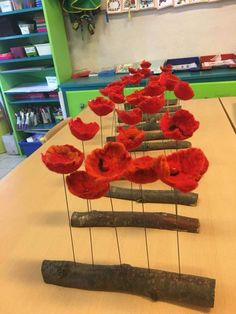 What you do: First, cut a cup from the egg carton. Art For Kids, Crafts For Kids, Arts And Crafts, Paper Crafts, Felt Flowers, Paper Flowers, Remembrance Day Art, Poppy Craft, Egg Carton Crafts