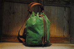 Mochila-bolso de cuero Coleccción Natura  - De-cuir - Convertible en bolso o mochila según la ocasión Materiales Nacionales de gran calidad.100% piel de primera calidad. Las Asas son regulables...