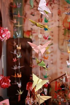 Origami chains YES! I can do a origami flapping bird real fast so I can do this easy peasy XD 3d Origami, Origami Garland, Origami Mobile, Origami Butterfly, Origami Design, Origami Paper, Hanging Origami, Origami White, Origami Cranes