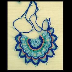 ABruxinhaCoisasGirasdaCarmita: Just copy (blue collar in crochet) - Women Weaves Crochet Jewelry Patterns, Crochet Accessories, Crochet Designs, Thread Crochet, Crochet Crafts, Crochet Projects, Textile Jewelry, Fabric Jewelry, Crochet Squares