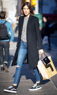 Alexa Chung wears a gray sweater, long black coat, skinny jeans, and high-top Vans sneakers - Women's Style Today Sneakers Looks, Sneakers Mode, Vans Sneakers, Sneakers Style, Black Sneakers, Jeans And Sneakers Outfit, Vans Style, Black Vans, Casual Sneakers