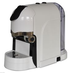 """ALIMENTAZIONE: 220-240V 50/60Hz   POTENZA: 820 - 980W   PRESSIONE POMPA: 20bar   PESO: 3,8 kg    CAPACITA' SERBATOIO: 0,55 litri    SCARICO CAPSULE USATE: AUTOMATICO   Pulsanti di selezione ON/OFF, Caffè """"Lungo"""", Caffè """"Corto""""  Vaschetta capsule usate e serbatoio asportabili                                                              Griglia poggiatazza, cassetto raccogli gocce ed alza tazza per tazza da cappuccino removibili;   COLORE: BIANCO CON FIANCATE NERE  CAPSULE UTILIZZATE: Capsule…"""