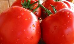 Cómo quitarle la cáscara al tomate.  Aprenda la manera más sencilla para quitarle la cáscara al tomate y practíquelo en su próxima receta.