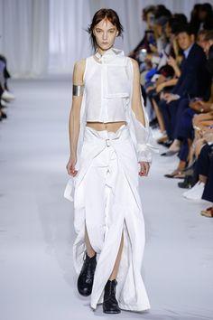 Guarda la sfilata di moda Ann Demeulemeester a Parigi e scopri la collezione di abiti e accessori per la stagione Collezioni Primavera Estate 2017.