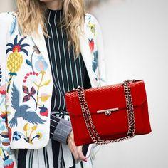 Olha quem chegou!! A Catherine na nova cor do #verão18 o #vermelho blood! Unidades super limitadas! Garanta a sua:  #BH - Rua Ceará 1332. (31) 99837-9999  #SP - Rua Oscar Freire 677. (11)97481-8010 #fashionlovers #bolsadecouro #verão18 #bolsapravidatoda #fashionista #leatherbag #itgirls #bolsas #lookdodia #redaccessories #bolsavermelha #bolsadodia