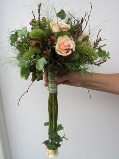 Modern bruidsboeket met takken en elzenproppen   ART-NIVO bloem & styling