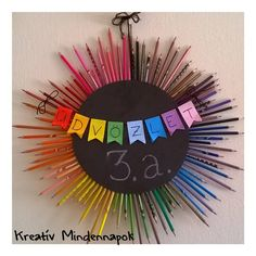 Iskolai ajtódísz ceruzákkal Back To School, Diy And Crafts, Kindergarten, Projects To Try, Classroom, Kids, Home Decor, Creative, Class Room