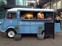 "In London two Italians sell pizza on vintage truck They took a citroen hvan of 1974, I have set up with wood-Fired Oven, refrigerator and maker and they have settled in a market in London (Old Spitalfields). Today they are selling a thousand pizzas a week and have bought another truck to expand their business, "" Nobody Cooked The Real Pizza Napoletana. And then we thought to do it ourselves. The sell out on the street for rents a stratospheric of London. The truck has cost 20 thousand euro more setting up "" Explain Bruno Scalise, 35 years old, and Sylvester Morlando, 25 years."