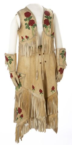 p.USA PUSA vestido cowgirl con flores de 1922. Cowgirl's Beaded Leather Riding Outfit Date: ca. 1922