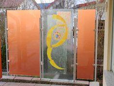 Windschutz und Sichtschutz aus farbigem Glas und Edelstahl