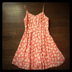 Flirty floral dress A fun, flirty dress with a fab floral print!  Very comfortable! 100% rayon so holds its shape. Old Navy Dresses Midi