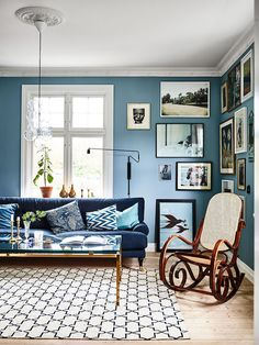 Blue Living Room Decor - What color couch goes with blue walls? Blue Living Room Decor - What colors go with navy blue? Blue Wall Colors, Room Colors, Bright Colours, Bright Green, Paint Colors, Blue Living Room Decor, Living Room Designs, Living Room Vintage, Living Room Paint