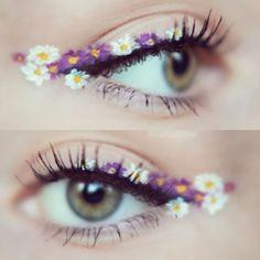 Trendy y boho-chic, el eyeliner de flores se presenta como una divertida alternativa al clásico delineado para alegrar tus looks de...