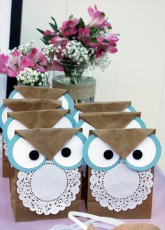 What cute and EASY owl bags! cute for party favor bags with owl theme ofcourse! Kids Crafts, Owl Crafts, Craft Projects, Diy And Crafts, Kids Diy, Plate Crafts, Owl Birthday Parties, Owl Parties, Diy Birthday