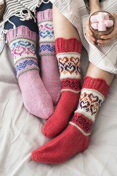 Hjärtliga raggsockor i Novita 7 Bröder och 7 Bröder Polaris garn. Wool Socks, Knitting Socks, Hand Knitting, Mitten Gloves, Mittens, Knitting Machine Patterns, Sock Toys, Knitting Accessories, Knit Or Crochet