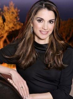 """Queen Rania of Jordan. """"Muchas personas nacen con hermosas apariencias, pero no todas con elegancia y gracia - que necesitan atención personal y enormes esfuerzos para crear y cultivar."""" - Deodatta V. Shenai-Khatkhate"""