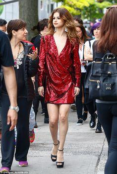 Vẻ đẹp sang chảnh đầy quyến rũ trên phố của Selena Gomez - Ảnh 2.
