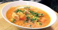 """Tarjolla on """"oranssi"""" lohikeitto, jossa makumatkailijaan viedään ujosti Aasian suuntaan makealla chilikastikkeella. Niin ja värihän tulee tietenkin (rumpujen pärinää) tomaattipyreestä ja kermasta. Näillä parilla lisäyksellä saadaan lohikeittoon lisää väriä ja makua, nopeasti ja helposti. Halutessasi lohikeitosta saa maidottoman vaihtamalla kerman kaurakermaan tai kookosmaitoon. Kumpikin toimii! Viikonloppuversion tai astetta juhlavamman sata lohikeitosta lorauttamalla valkoviiniä joukkoon…"""