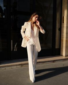 This Is How to Create a French Minimalist Capsule Wardrobe White blazer White tank White pants White suit Girls Fall Fashion, Fall Fashion Trends, White Fashion, Work Fashion, Fashion Pants, Trendy Fashion, Autumn Fashion, Fashion Tips, Fashion Ideas
