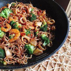 Espaguetis konjac picantones con calamares, langostinos y brócoli a la soja