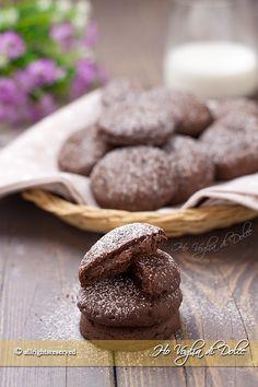 Biscotti con ripieno di nutella, simil grisbì, un guscio di pasta frolla al cacao che racchiude un cuore cremoso di Nutella. Facili e veloci da preparare.