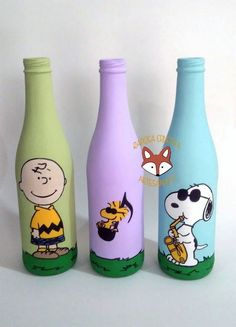 Garrafas Snoopy Painted Glass Bottles, Glass Bottle Crafts, Wine Bottle Art, Diy Bottle, Plastic Bottle Art, Garrafa Diy, Snoopy Party, Jar Art, Recycled Bottles