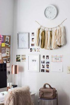 Cantinho do home office com painel de fotos
