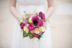 Wedding bouquet, wedding flowers, Brautstrauß, beer, lila - photo by Rebecca Conte