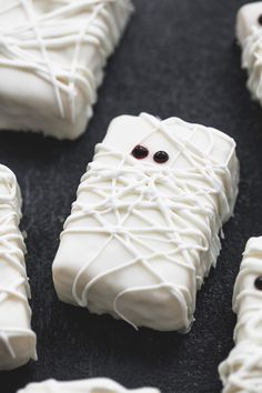 3-ingredient rice krispie treat mummies are the perfect halloween party treat!
