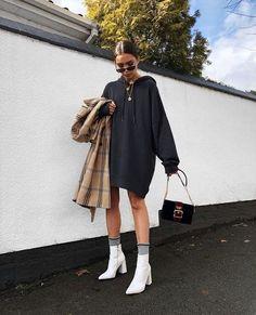 White hooded sweatshirt dress with white boots 👍🏿 Weißes Sweatshirt-Kleid mit Kapuze und weißen Stiefeln 👍🏿 Fashion Killa, Look Fashion, Winter Fashion, Fashion Mode, Modern Fashion Style, Fashion Black, Fashion Art, Trendy Fashion, Fashion Stores