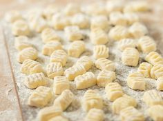 Gnocchi selber machen wie in Italien – Das Grundrezept Forget gnocchi from the cooling shelf. Real Italian feeling only comes. Making Gnocchi, Cooking Recipes, Healthy Recipes, Soul Food, Smoothie Recipes, Italian Recipes, Food Inspiration, Clean Eating, Food Porn